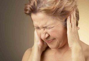 Женщина морщится от боли в ушах