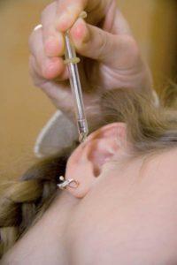 Закапывают ухо