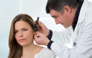 Доктор смотрит ухо