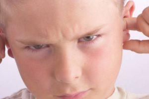 Ребенок вставил пальцы в уши