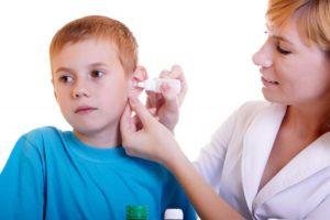 Капает в ухо ребенку