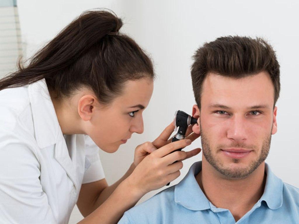 Осмотр уха врачом