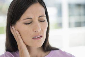 Боль в ухе у женщины