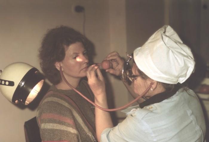 Женщине вставили трубку в нос