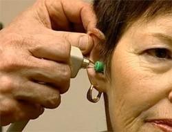 Женщине лечат ухо