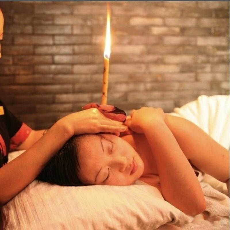 Свеча у девушки в ухе