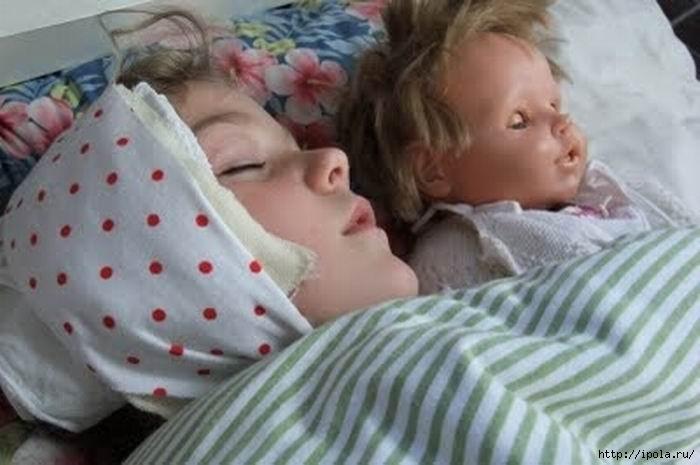Ребенок спит с компрессом