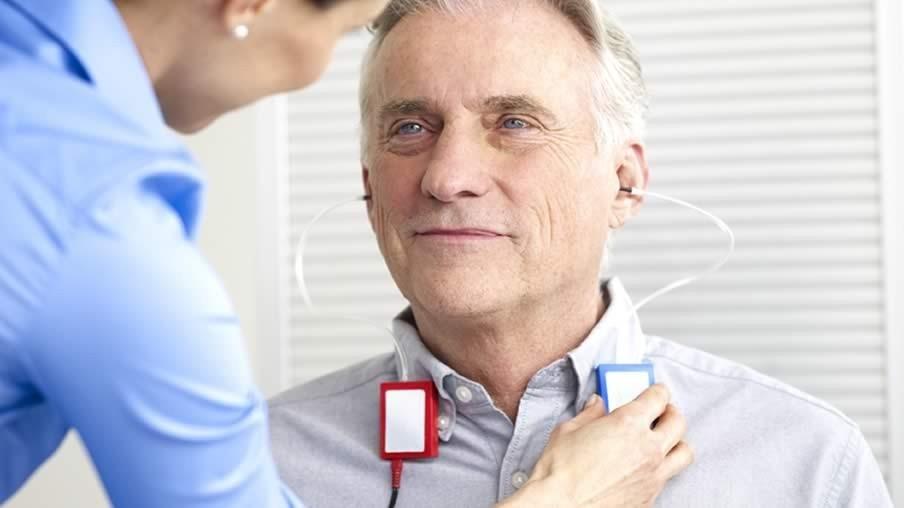 Медицинский прибор в ушах у мужчины