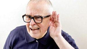 Старик держит руку возле уха