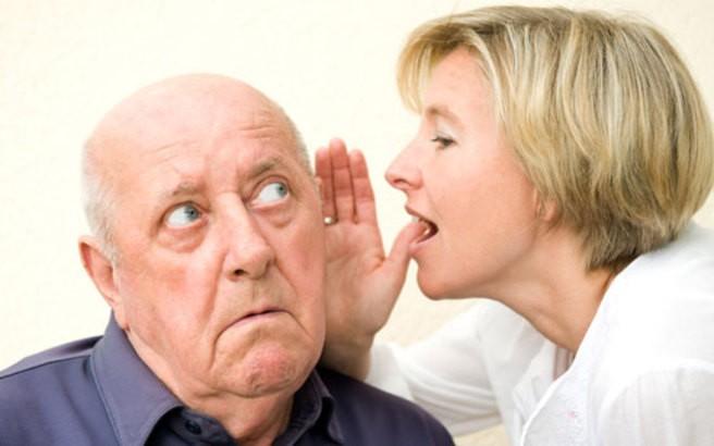 Женщина кричит в ухо мужчвине