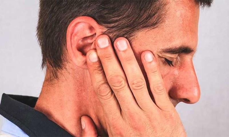 Мужчина прижал руку к уху