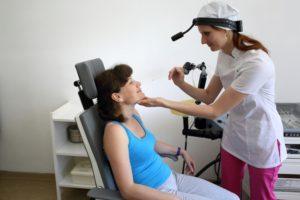 Женщина сидит в кресле у врача