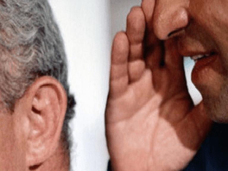 Мужчине шепчат на ухо