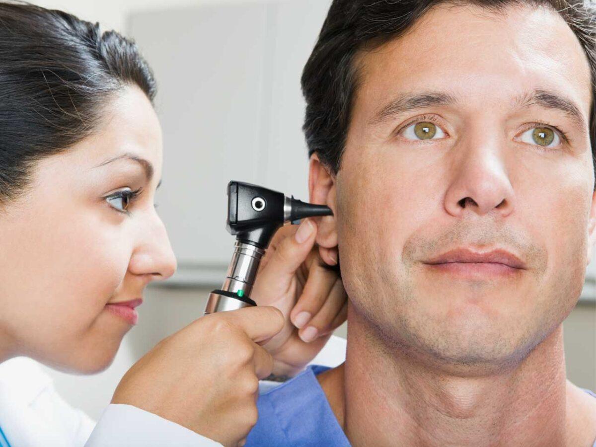 Доктор смотрит ухо парню