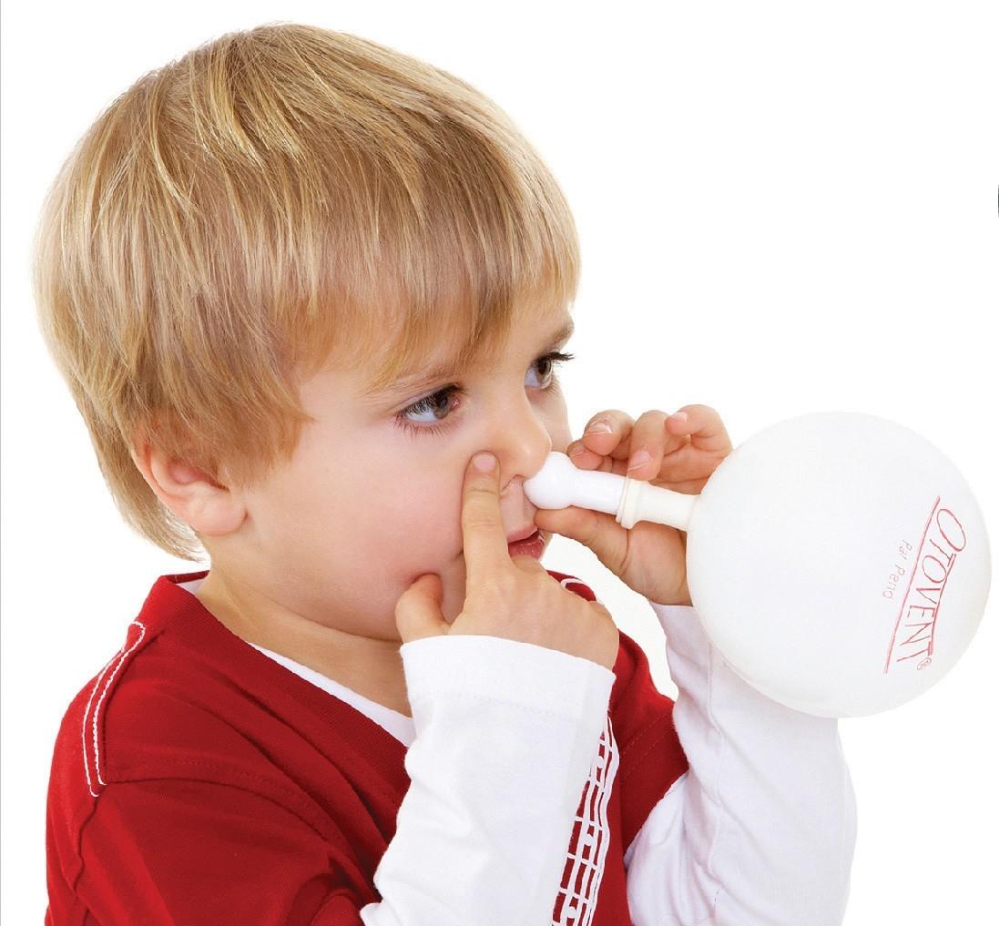 Мальчик вставил прибор в нос