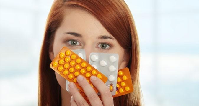 Девушка держит в руках таблетки