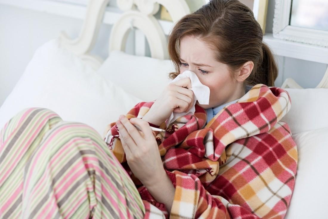 Девушка закуталась в одеяло