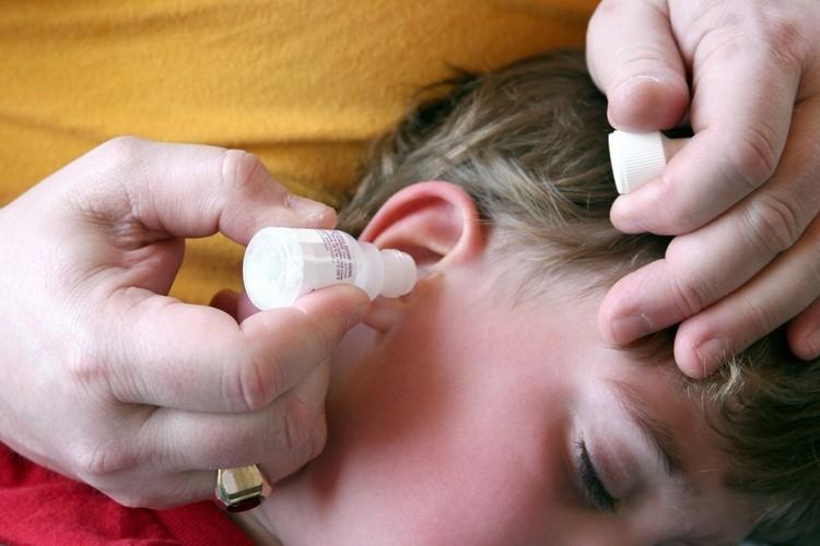 Ребенку закапывают ухо