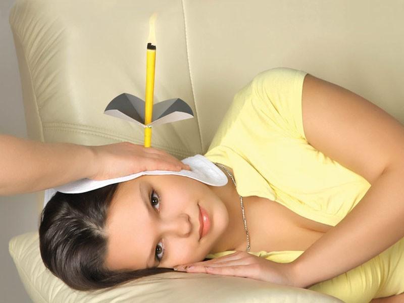 Свеча в ухе у девушки