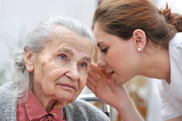 Девушка говорит на ухо бабушке
