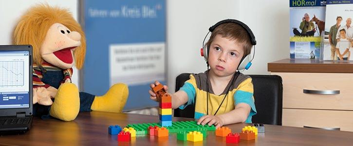 Мальчик сидит в наушникках