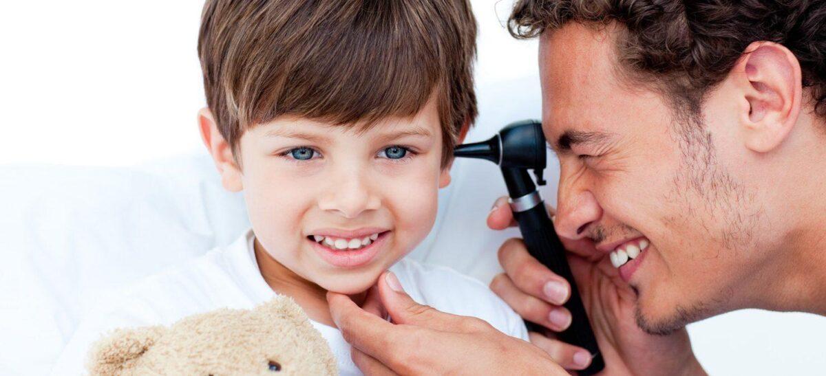 Доктор смотрит ухо мальчику