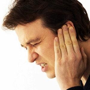 Мужчина держится за ухо