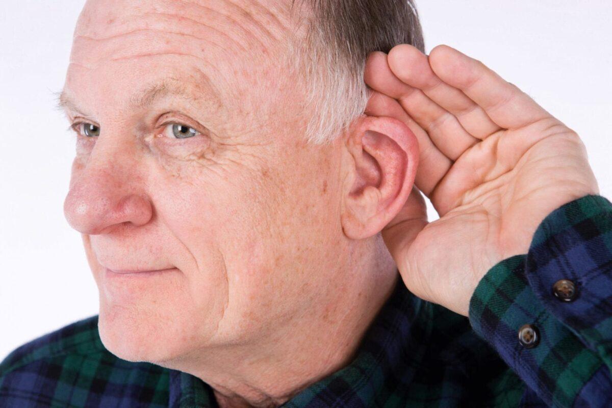 Мужчина поднес руку к уху