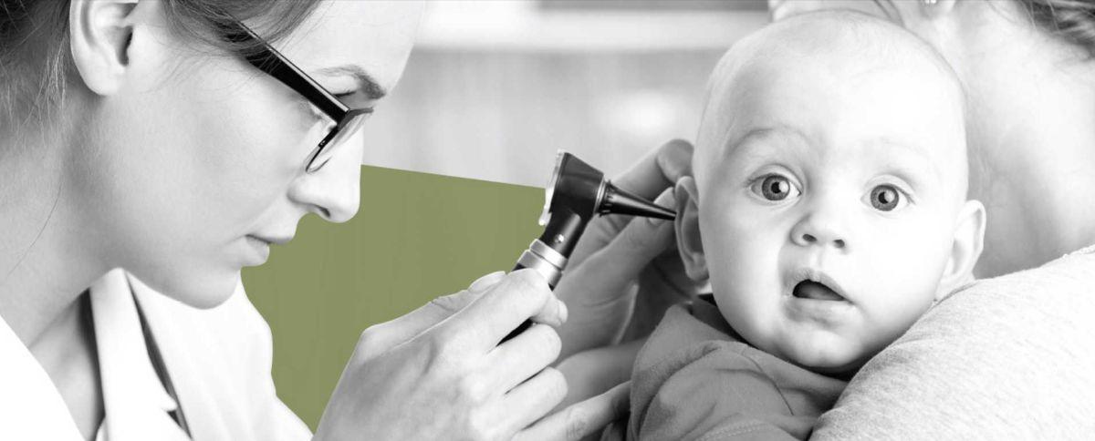 Доктор смотрит ухо ребенку