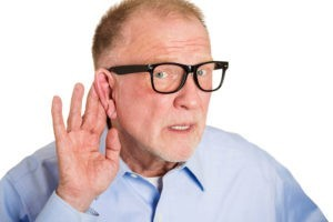 Мужчина держит ухо