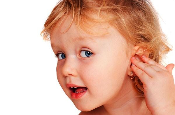 Девочка держится за ухо