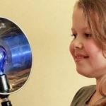 Девочка держит синюю лампу