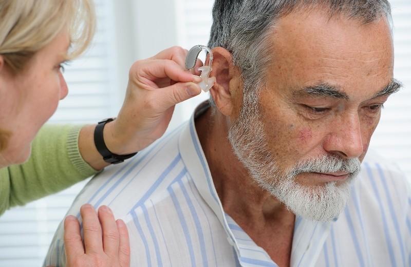 Дедушке ставят слуховой аппарат