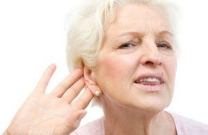 Женщина держит руку возле уха