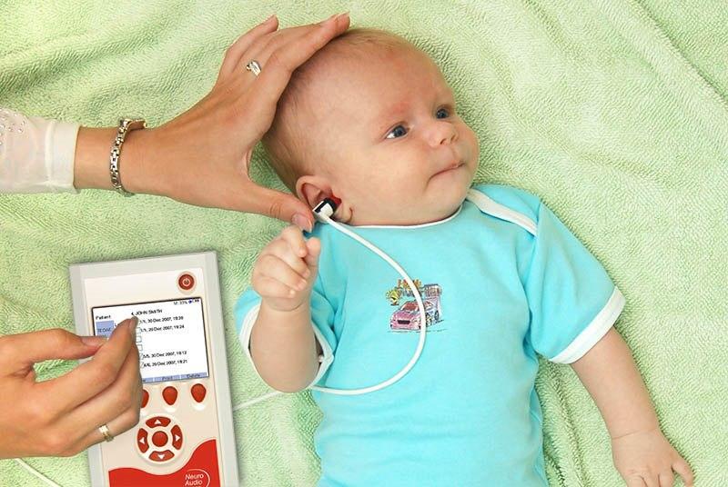 Медицинский прибор в ушах у ребенка