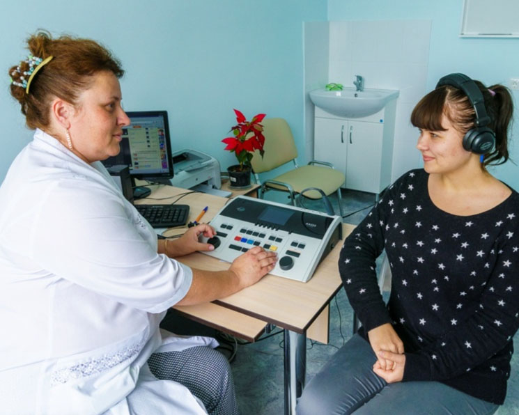 Девушка сидит перед доктором
