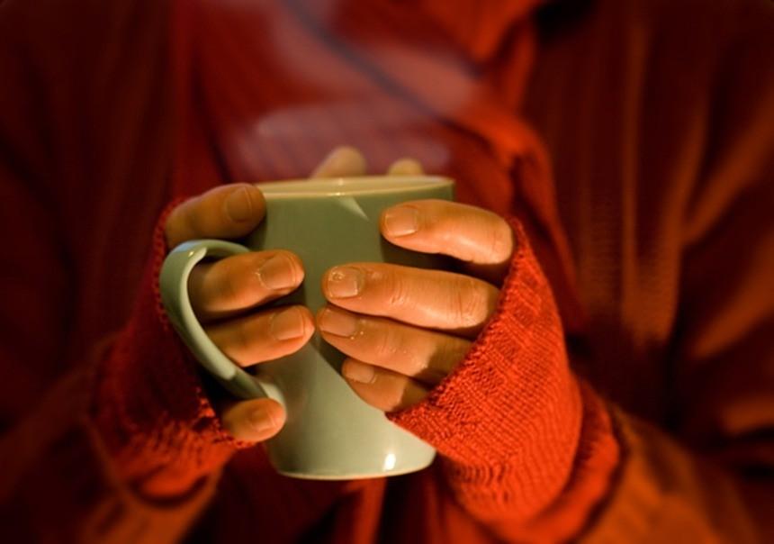 Девушка держит чай