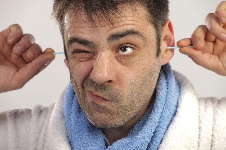 Мужчина вставил палочки в уши
