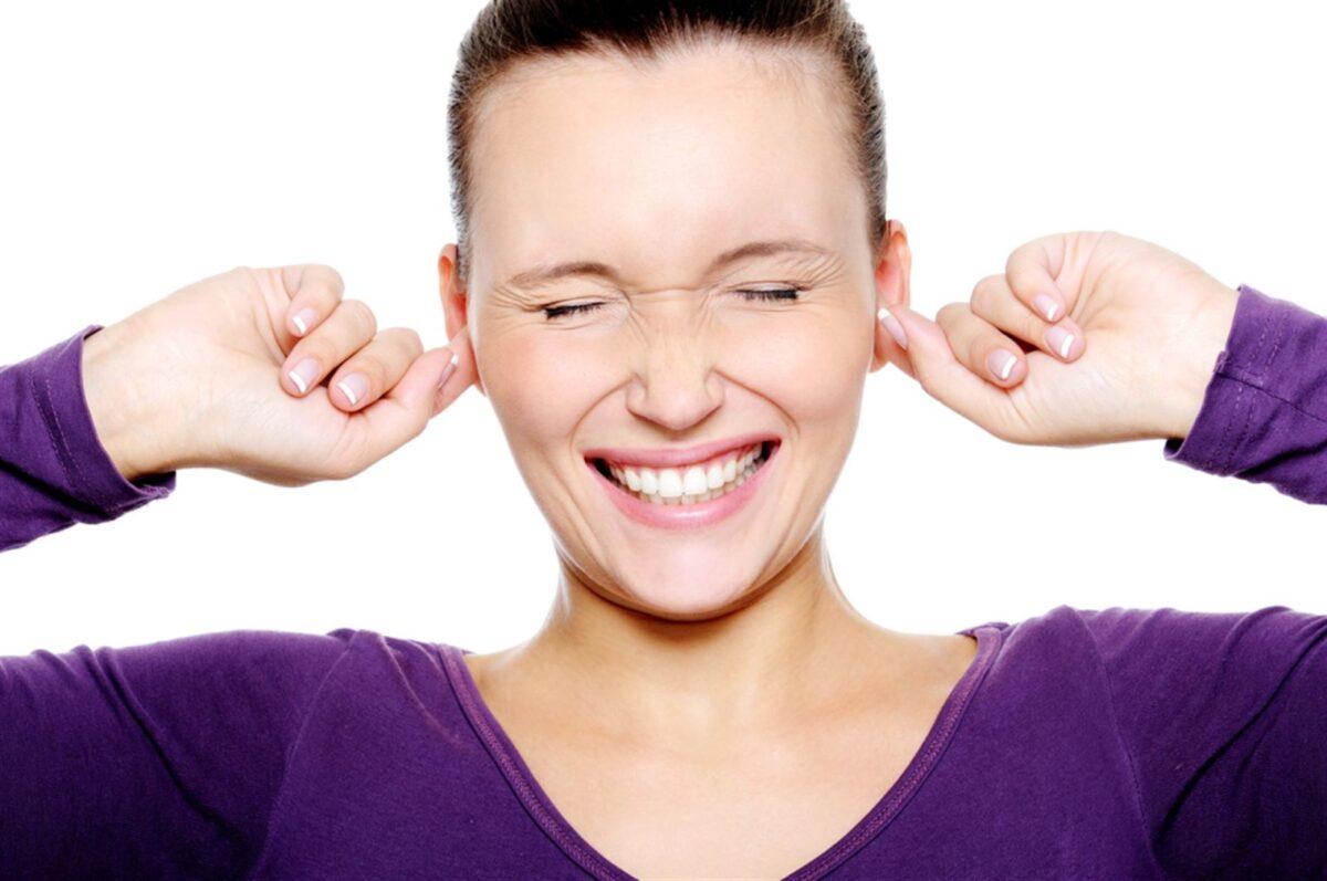 Девушка вставила пальцы в уши