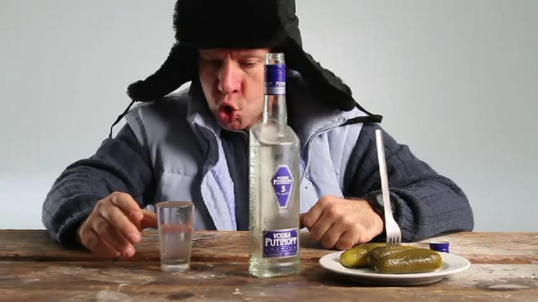 Мужчина пьет водку