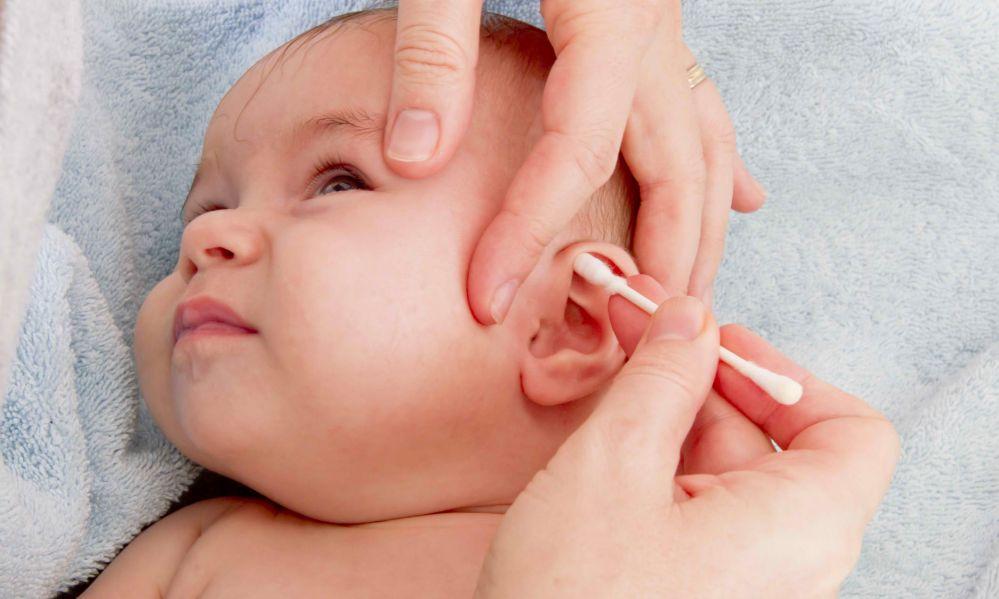 Ребенку чистят ухо