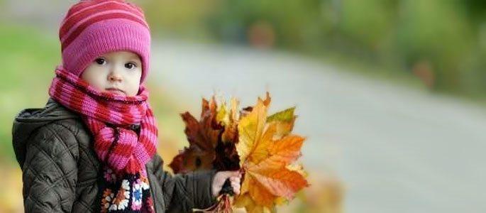 Ребенок с листьямм