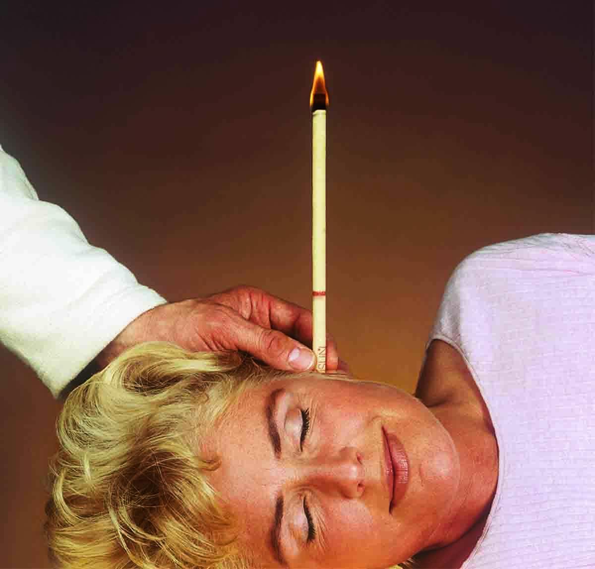 Свеча в ухе женщины