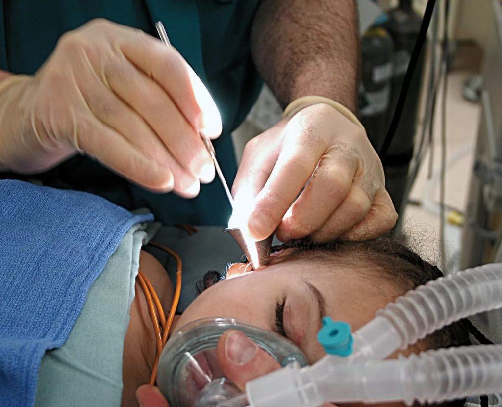 Доктор делает операцию девочке
