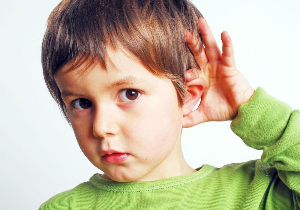 У ребенка болит ухо, что делать: причины, снятие